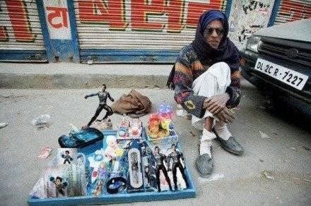 'Shahrukh Khan' selling 'Ra.One' goodies!